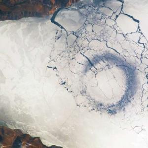 Разплетоха мистерията на странните ледени кръгове в Сибир