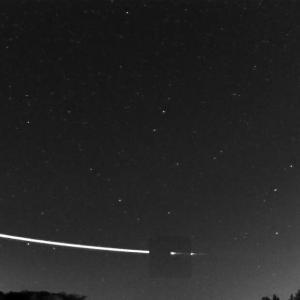 Невероятно видео показва как метеороид отскача от земната атмосфера