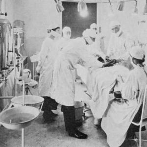 Лекар забогатява, като присажда тестиси на козел в скротумите на мъже
