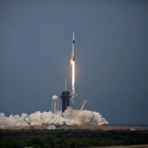 Исторически полет: SpaceX изведе успешно двама астронавти в орбита