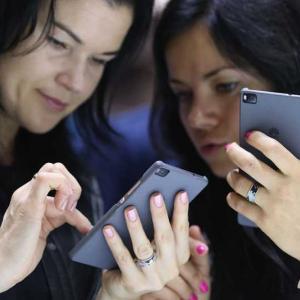 Литва призова гражданите си да изхвърлят китайските си смартфони