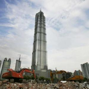 """Инженери в Китай """"преместиха"""" 5-етажно училище"""