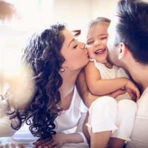 8 прегръдки на ден, за да расте детето щастливо