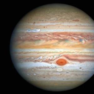 """Нова снимка на """"Хъбъл"""" показва буреносната страна на Юпитер"""