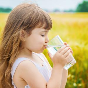 Хидратацията има благоприятен ефект върху здравето, настроението и концентрацията при децата
