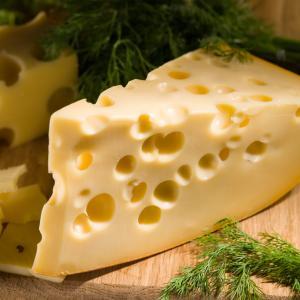 Ето защо швейцарското сирене има дупки