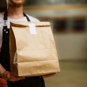 Можете ли да хванете COVID-19 от храна, доставяна по домовете?