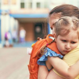 Теорията на привързаността: Как детството засяга нашия живот