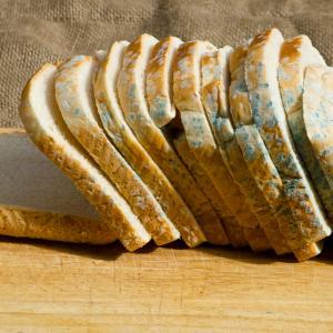 """Не яжте """"чистата"""" част на мухлясалия хляб, не е безопасно"""