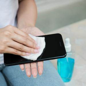 Телефонът и компютърната клавиатура - по-мръсни от тоалетната чиния