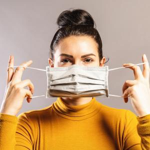 Д-р Фаучи: Има смисъл от носенето на две маски, ето как да го правим правилно