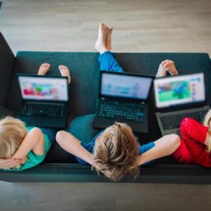 Защо екраните правят децата раздразнителни