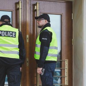 Виц: Полицай на вратата