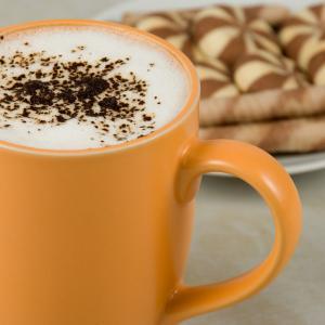 Вкусът на горещия шоколад зависи от цвета на чашата