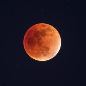 """Тази вечер ни очаква """"ягодова"""" Луна и частично лунно затъмнение!"""