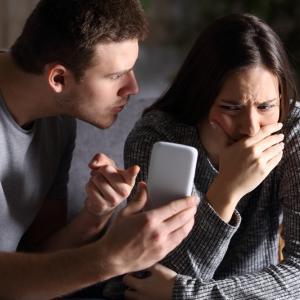 Партньорът ви има проблем, ако проверява телефона ви