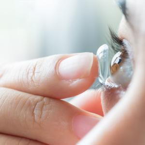 Контактните лещи могат да са източник на зараза, експерти съветват да носим очила