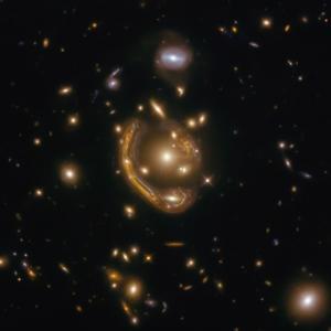 """""""Пръстен на Айнщайн"""" ни разкрива поразителната гледка към галактика на 9,4 млрд. светлинни години от нас"""