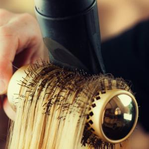 Какво определя дали косата ни е права или къдрава?