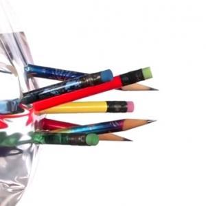 Пробита с остри моливи торбичка, пълна с вода, магически не потича в този експеримент