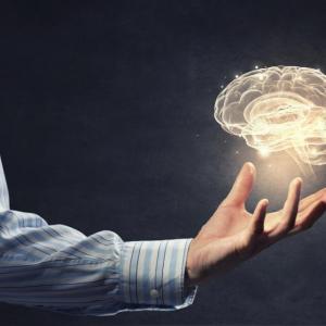 Жестовете по време на говорене влияят върху мислите