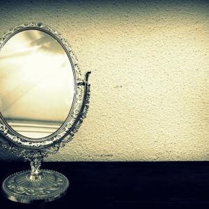 Тази страхотна илюзия отразява квадратите като кръгове в огледалото
