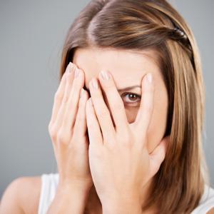 Защо някои хора са по-стеснителни? Можем ли да го променим?