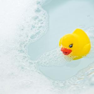 Учени: Гумените патета за вана са пълни с бактерии!