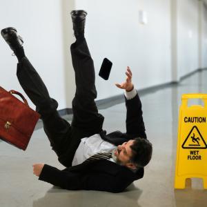 Защо се заливаме от смях, когато някой падне на земята?