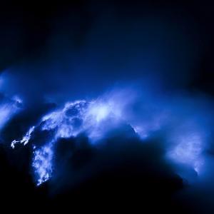 Иджен - индонезийският вулкан, който бълва синя лава