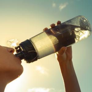 4 детокс съставки, които може да добавяте към водата си