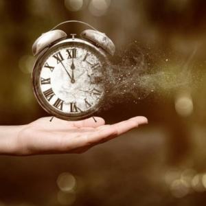 Как времето би могло да се движи назад в една паралелна Вселена