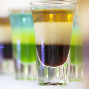 Забавни експерименти: Шарена черга в чаша