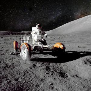 31 юли 1971 г. - Дейвид Скот и Джеймс Ъруин шофират Лунар Роувър по повърхността на Луната
