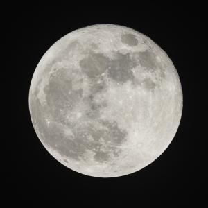 Чия собственост е Луната?