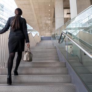 С асансьора или по стълбите – кога щадим природата повече?