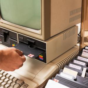 10 юни 1977 г. – Излиза Apple II – първият масово използван персонален компютър