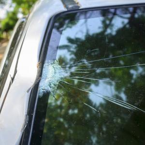 Ето как да спрете разрастването на пукнатините по стъклото на колата си