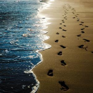 Притча: Разходка по морския бряг с Бога