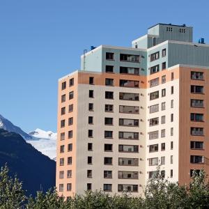 Почти всички жители на едно малко градче в Аляска живеят в тази сграда